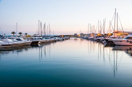 literas: L'Estartit, ESPAÑA - 22 de julio: Una vista del puerto de L'Estartit, en 12 de julio 2014 L'Estartit, Girona, Cataluña España. Este puerto náutico tiene amarres para 300 embarcaciones.