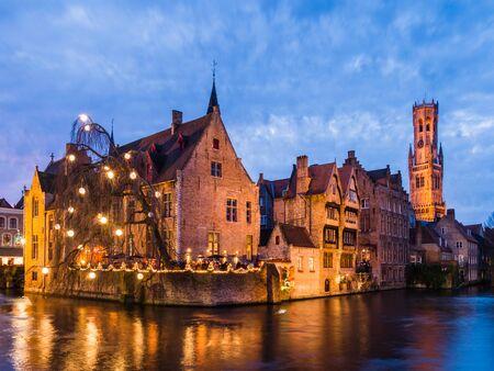 BRUGES, BELGIQUE - 12 DÉCEMBRE: rivière Illumination dans la soirée du 12 Décembre à Bruges, Belgique. Il est une ville et une municipalité située dans la région flamande.