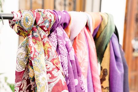 foulards: Ornamentali sciarpe luminosi appesi barra di metallo per la vendita all'aperto