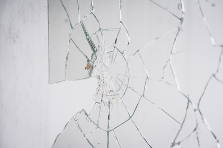 pared rota: Primer plano de espejo roto en la pared Foto de archivo