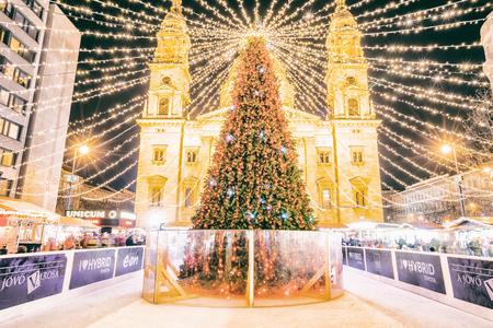 BUDAPEST, HUNGARY - DECEMBER 17, 2017: Christmas Fair on Szent Istvan square Stockfoto - 105371544