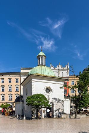 edad media: Cracovia, Polonia - 03 de junio 2015: Iglesia de San Adalberto en la Plaza del Mercado de la Ciudad Vieja. Una de las iglesias de piedra más antiguas de Polonia, construida en estilo románico en la Alta Edad Media.