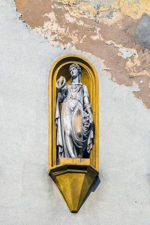 gory: Statua allegorica sulla facciata del palazzo a Tarnowskie Gory, regione Slesia, in Polonia.