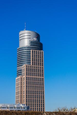 exceeding: Varsovia, Polonia - 12 de marzo 2014: Warsaw Trade Tower construido por Daewoo preocupaci�n en 1999, a 208 m de altura con 43 pisos por encima del suelo. Uno de los tres edificios de la ciudad con una altura superior a 200 metros. Editorial