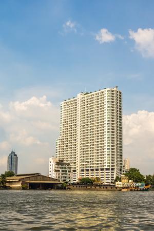 wohnhaus bangkok küche schwarz unterbauleuchten