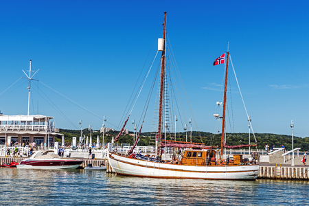 literas: Sopot, Polonia - 14 de agosto, 2015: Escenas de la Marina Sopot. Lugar tiene capacidad para 103 yates en total, incluyendo 40 puntos de atraque para embarcaciones de mayor tamaño con una longitud de 10-14 m y 63 para embarcaciones de hasta 10 m. Editorial