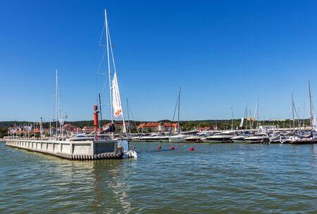 literas: Sopot, Polonia - 14 de agosto, 2015: Escenas de la Marina Sopot. Lugar tiene capacidad para 103 yates en total, incluyendo 40 puntos de atraque para embarcaciones de mayor tama�o con una longitud de 10-14 m y 63 para embarcaciones de hasta 10 m. Editorial