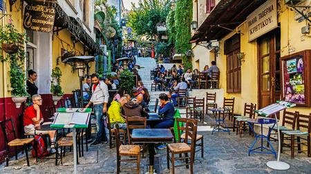 """아테네, 그리스 - 2015년 11월 6일 : 플라 카에서 장면 또한 """"신들의 이웃""""이라고 미로 거리와 신고전주의 건축 아크로 폴리스의 기슭에 아테네의"""