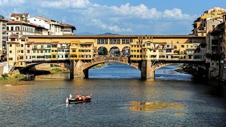 Ponte Vecchio, ancient bridge over Arno river in Florence, Italy Imagens