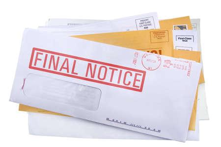 Una pila de facturas con un último aviso proyecto de ley en la parte superior. Aislada en un fondo blanco  Foto de archivo