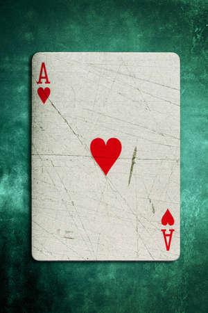 risky love: Grunge Asso di cuori Riproduzione su una texture di sfondo verde feltro Archivio Fotografico