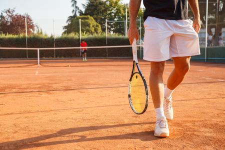 晴れた日にテニスコートを歩く認識できないプロテニス選手。 の写真 ...