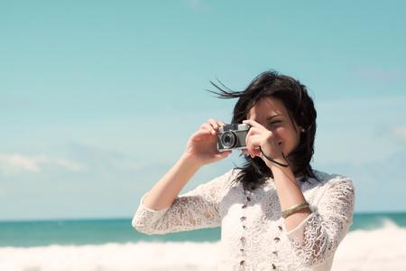 Schöne junge Mädchen Fotografieren am Strand
