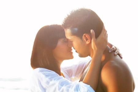 besos apasionados: retrato de una pareja apasionada en el amor abrazados y bes�ndose entre retroiluminada Foto de archivo