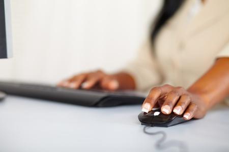 myszy: Zamknij się portret rękach młodej kobiety za pomocą komputera