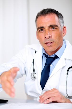 arzt gespr�ch: Portr�t eines attraktiven Latin Arzt Begr��ung an der medizinischen Beratung