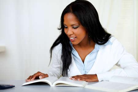 black girl: Porträt einer schönen schwarzen Mädchen ein Studium an sanften Farben Zusammensetzung