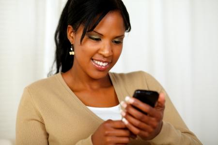 sending: Retrato de una mujer de negro magn�fico env�o de un mensaje por su tel�fono celular