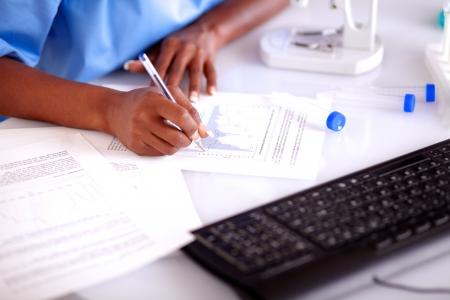 laboratorio clinico: Mujer cient�fica en el laboratorio de estudio de los documentos