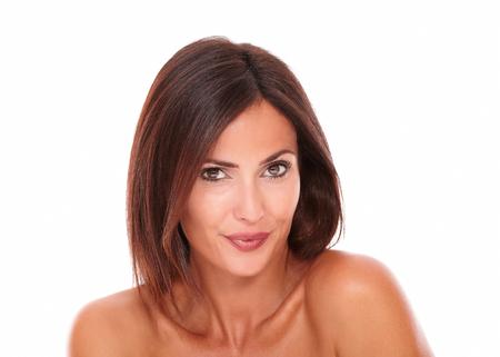 portret van charmante Spaanse vrouw op geïsoleerde studio