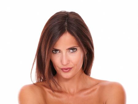 ojos cafes: retrato de joven mujer Latina seductora con ojos marrones mirando a la c�mara sobre fondo blanco aisladas