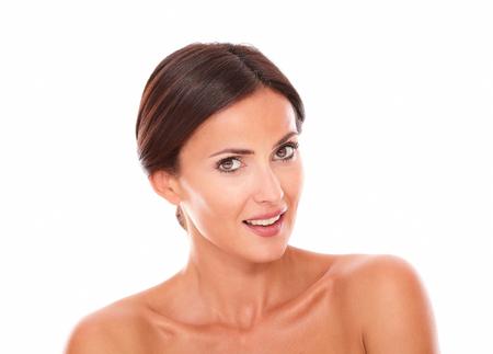 f�minit�: T�te et des �paules Portrait de belle femme hispanique avec les �paules nues regardant la cam�ra tout en montrant sa f�minit� sur Studio isol�