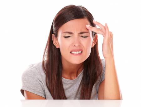 ojos cerrados: Mujer joven en el dolor con los ojos cerrados con dolor de cabeza en el fondo blanco