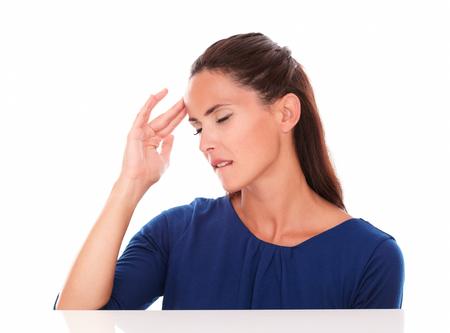 closed eyes: Mooi meisje met gesloten ogen lijden hoofdpijn op witte achtergrond