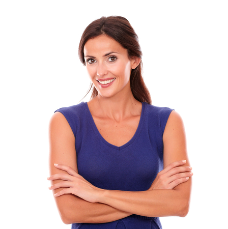 morena: Sonriendo y mirando feliz en el fondo blanco con Encanto femenino