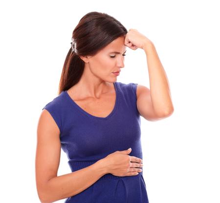 ojos cerrados: Mujer latina con la mano en la cabeza y los ojos cerrados mientras mira enfermo con dolor de cabeza en el fondo blanco