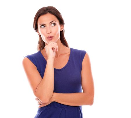 preguntando: Atractiva mujer con la mano en la barbilla preguntando y preguntando acerca de una pregunta mientras mira hacia arriba en el fondo blanco - copyspace