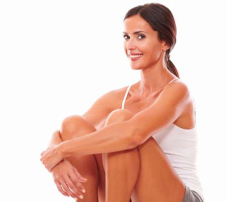 fair skin: Deportivo mujer encantadora pura piel justo mientras te mira en el fondo aislado
