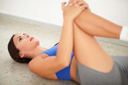 good posture: Mujer morena ejercicio de pilates para una buena postura y el bienestar en el gimnasio