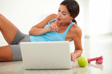 ropa deportiva: Ajuste a la hembra en la colocaci�n de ropa deportiva y usando su ordenador