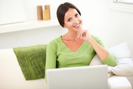 capelli castani: Caucasica donna con i capelli lisci castani tiene un computer portatile al chiuso