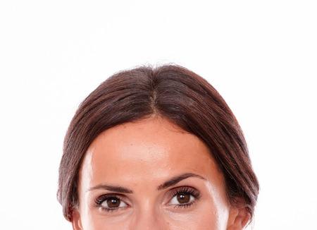 Caucasienne, femme brunette, regarder appareil-photo, à, brun, yeux, depuis, les, nez, haut, section, de, elle, figure, elle, cheveux, attaché, dos, isolé