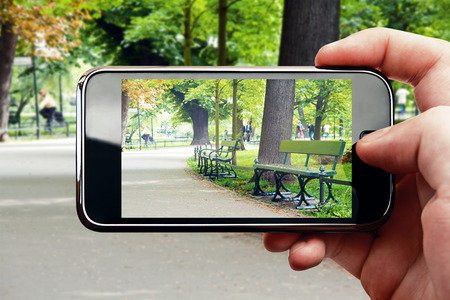 Smart phone mobile photo in green park Standard-Bild