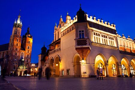 cracovia: St. Marys church and Sukiennice in Krakow at night
