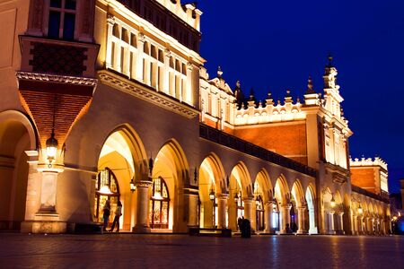 cracovia: Sukiennice and town market in Krakow at night