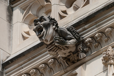 gargouille: Scary, ugly gargoyle on the outside of a church