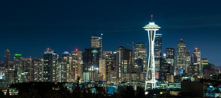 dia y noche: Horizonte de Seattle en la noche del parque de Kerry en Queen Anne Foto de archivo