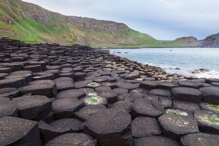 obrero: Según la leyenda, las columnas de basalto entrelazadas son los restos de una calzada construida por el legendario gigante Finn MacCool