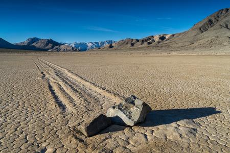 """경마장 Playa 또는 경마장, 선형 """"경마장""""인쇄물을 새긴다 """"항해 돌""""을 가진 관광 마른 호수 기능입니다. 그것은 데스 밸리 국립 공원, 인"""