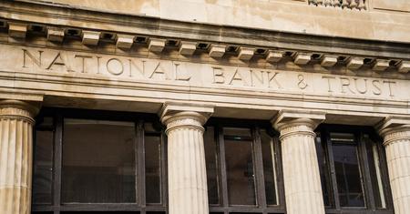 banco dinero: Banco Nacional & Trust grabadas en la fachada de piedra con columnas