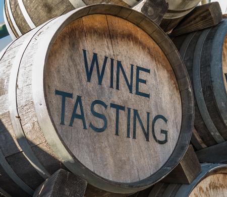 Weinprobe Zeichen auf alten Eichenfass Standard-Bild