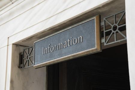 Messing informatie bord boven deuropening