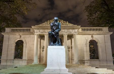 pensador: PHILADELPHIA, PA - NOVIEMBRE 2012: Estatua de El Pensador en el Museo Rodin de Filadelfia, Pensilvania. El Museo Rodin se encuentra en Benjamin Franklin Parkway en Filadelfia Editorial