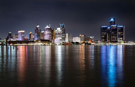 Detroit, Michigan  night skyline from across the Detroit river 스톡 콘텐츠