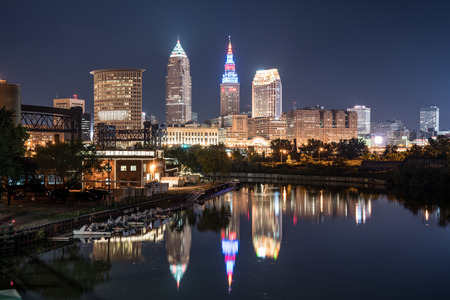 Cleveland city skyline and Detriot-Superior Bridge at night across the Cuyahoga river Stok Fotoğraf