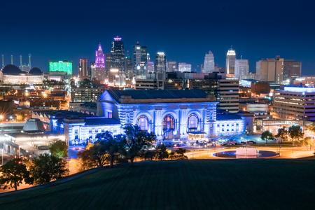전경에서 유니온 역 캔자스 시티, 미주리의 밤 도시의 스카이 라인